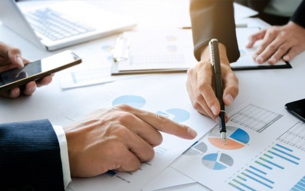 Registrando todas as decisões tomadas durante uma reunião.