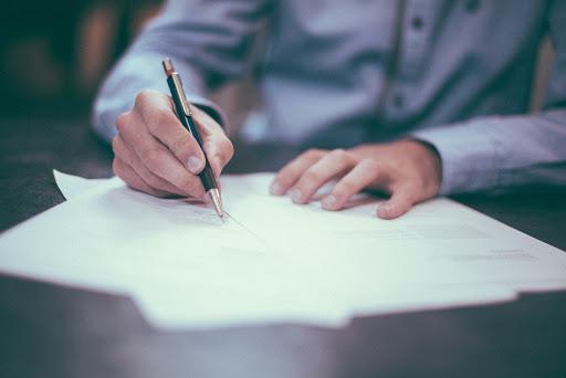 Como fazer um contrato? Veja em 12 etapas! - Foto: AS